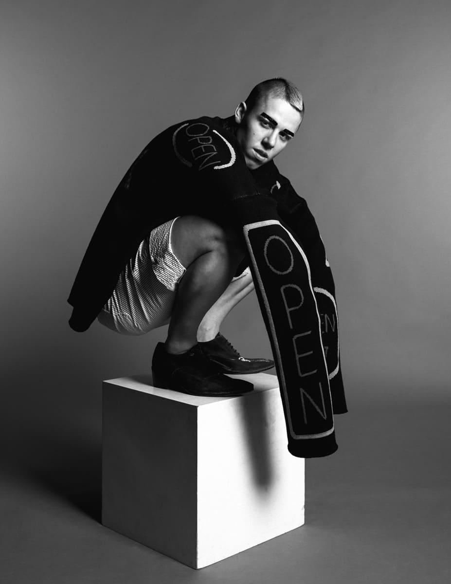 Schwarz weiß Foto von Candy Ken mit übergroßer Jacke