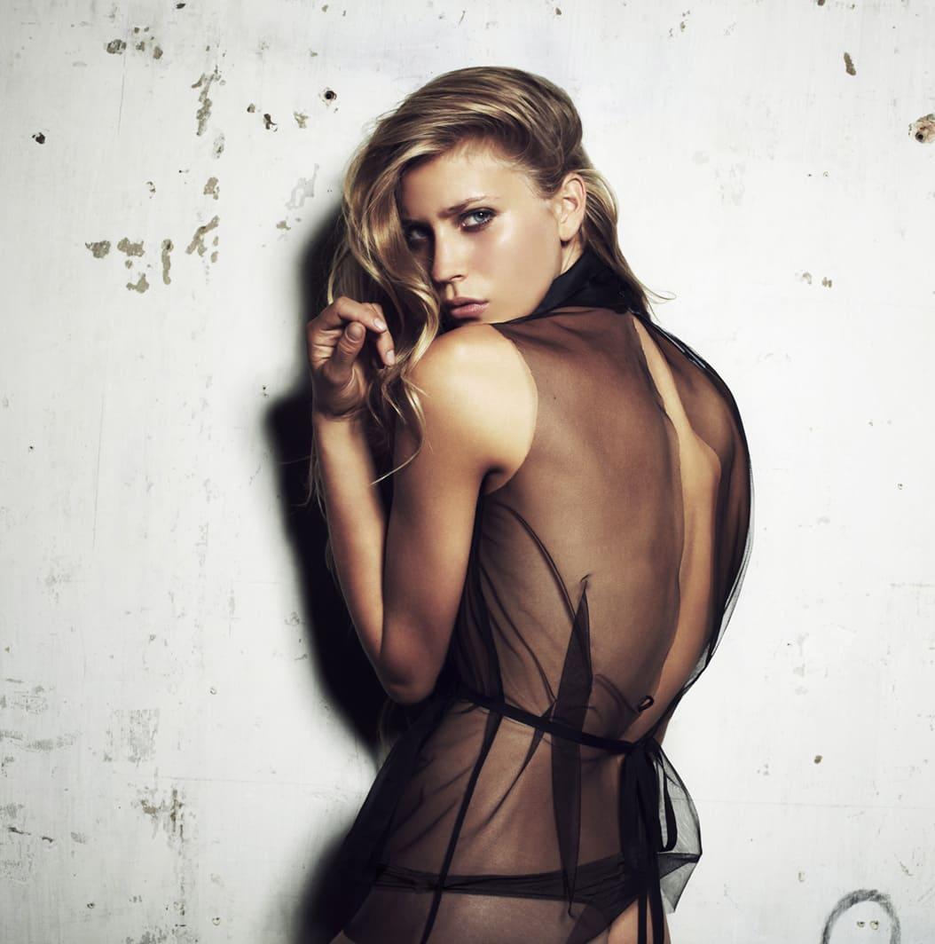Model posiert im durchsichtigen Kleid