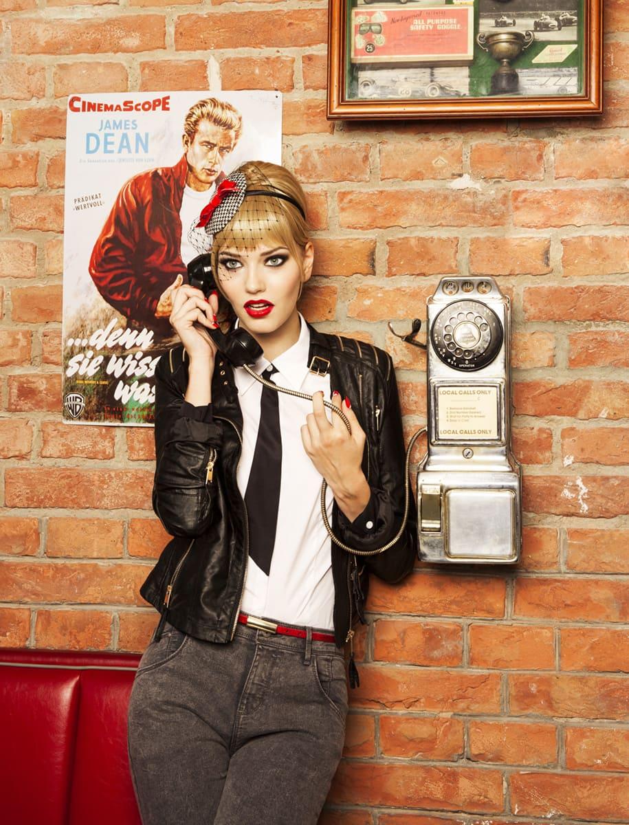 Model telefoniert im 50s Look