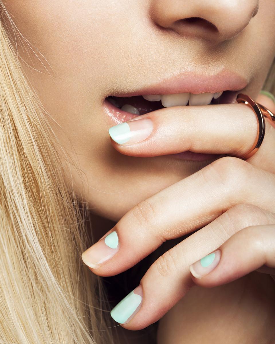 Nahaufnahme manikürte Fingernägel mit Ring
