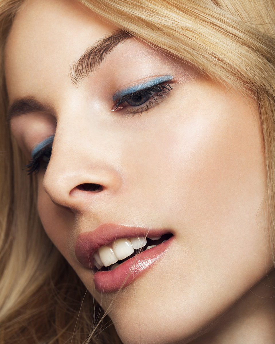 Nahaufnahme Gesicht blauer Lidstrich