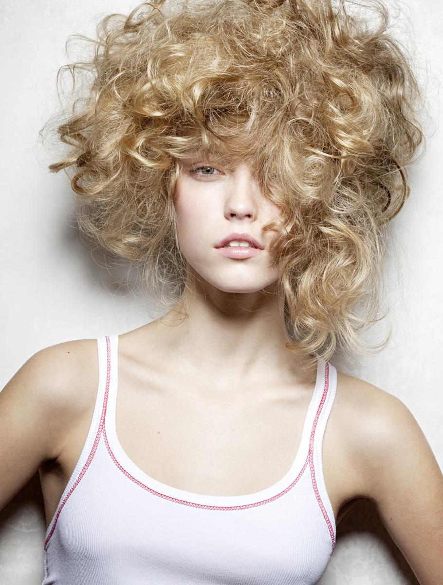 Blondes Model Portrait lockige Hochsteckfrisur
