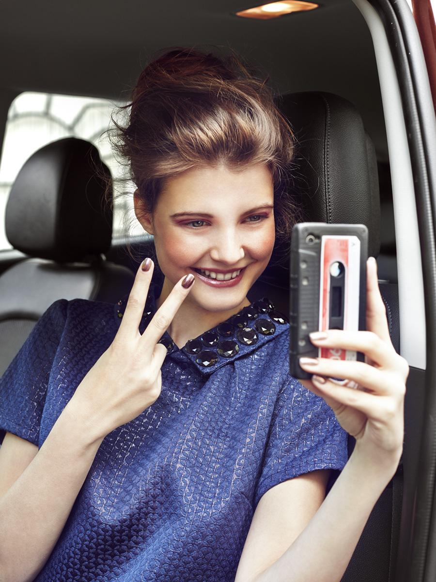Model macht Selfie mit Smartphone