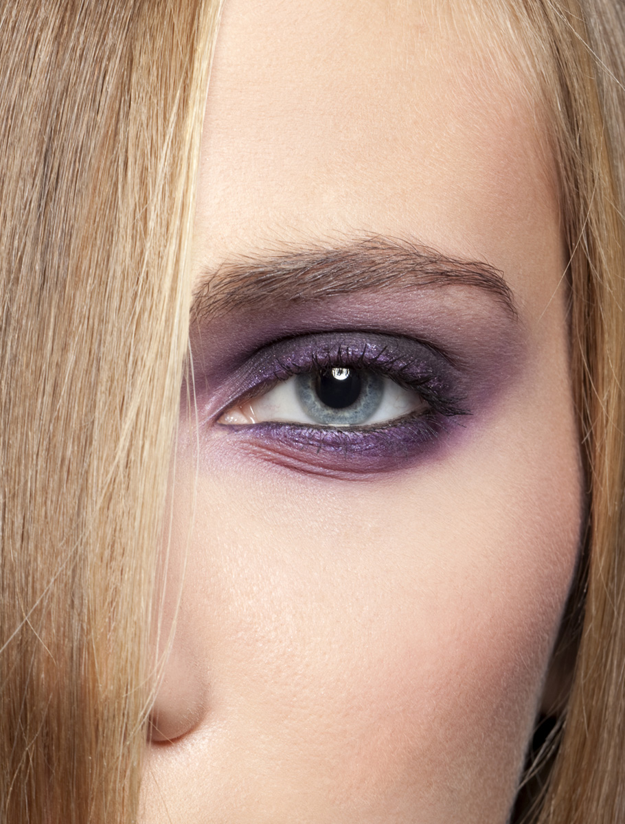 Nahaufnahme Gesicht lila Lidschatten
