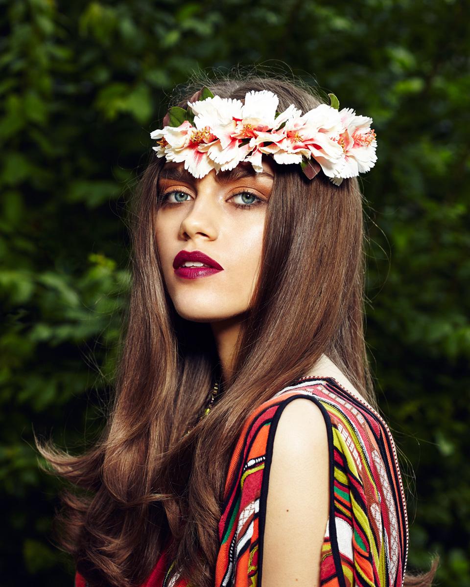 Model mit Blumenkranz im Haar