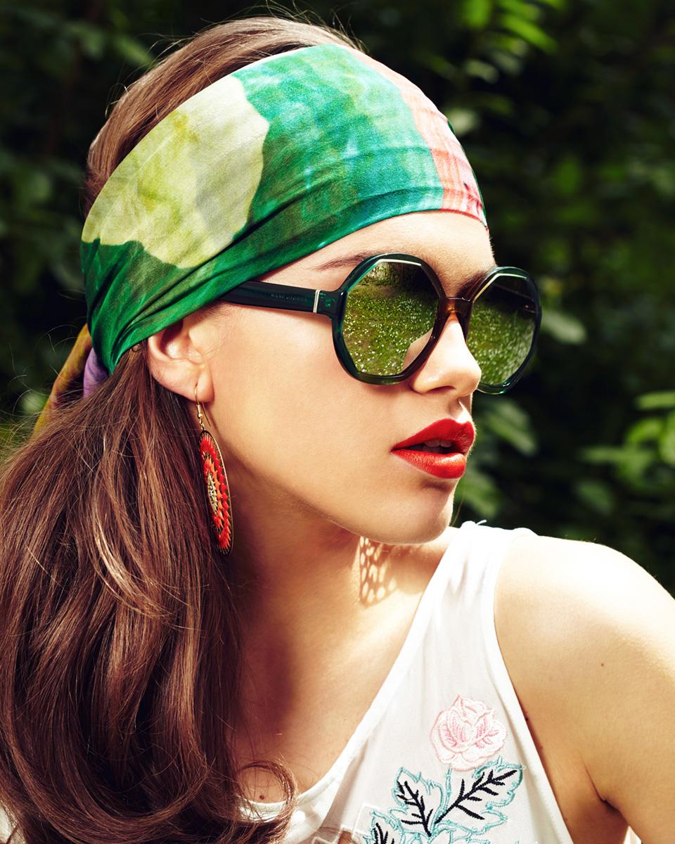 Portrait Model mit Sonnenbrille und Haarband 70ies Style