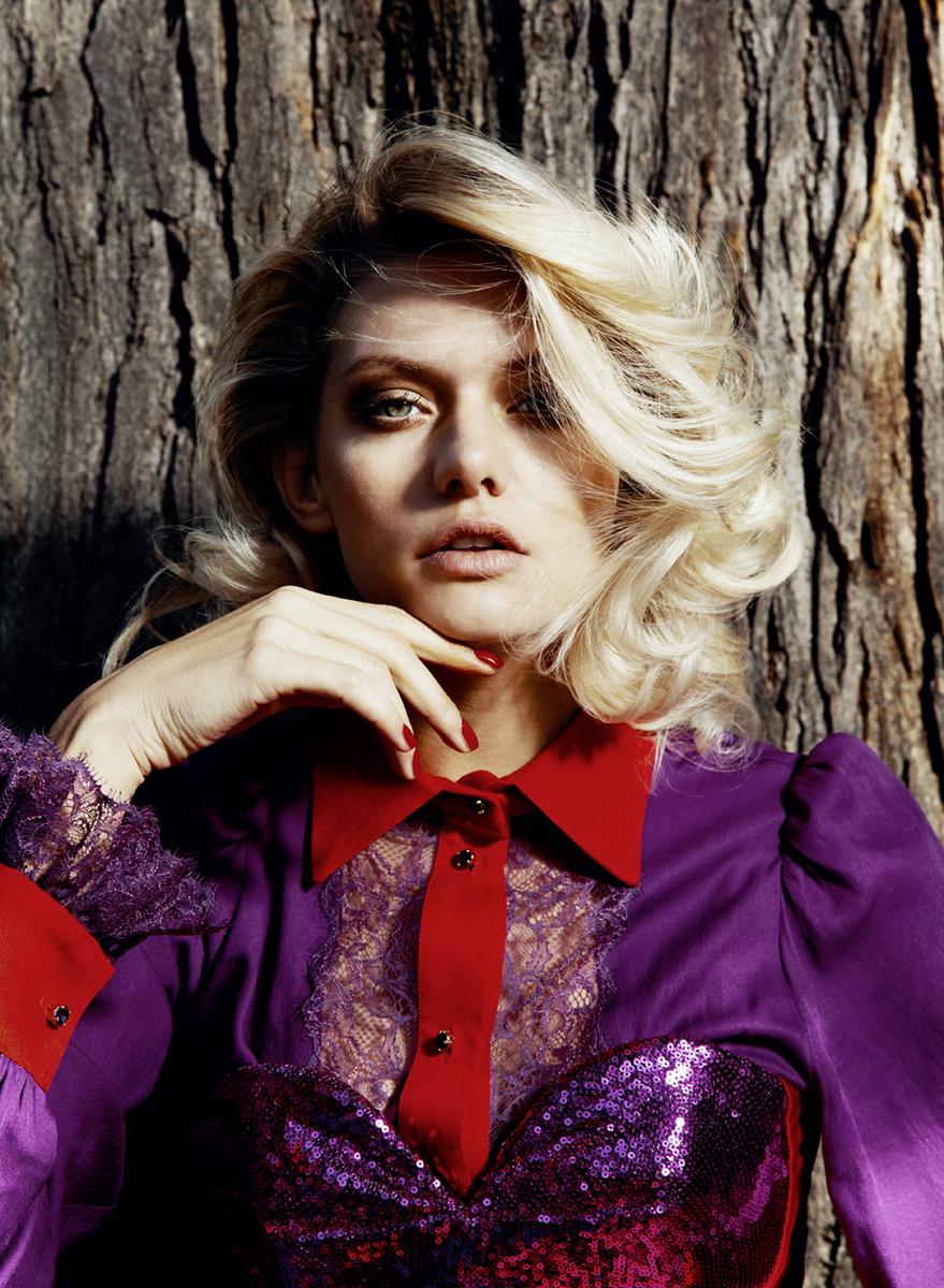 blondes Model präsentiert herbstlich lackierte Nägel