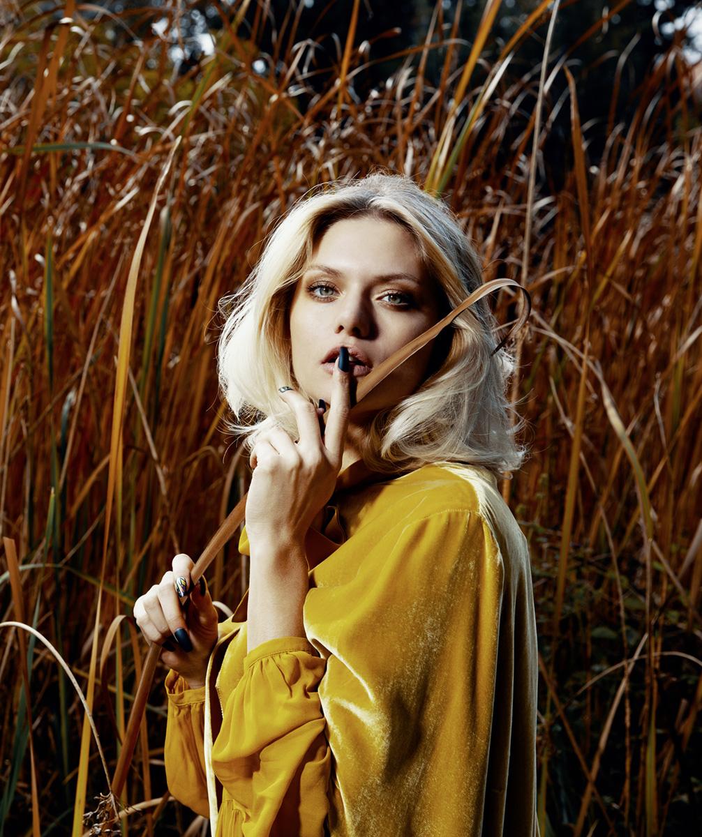 Model im gelben Samtkleid