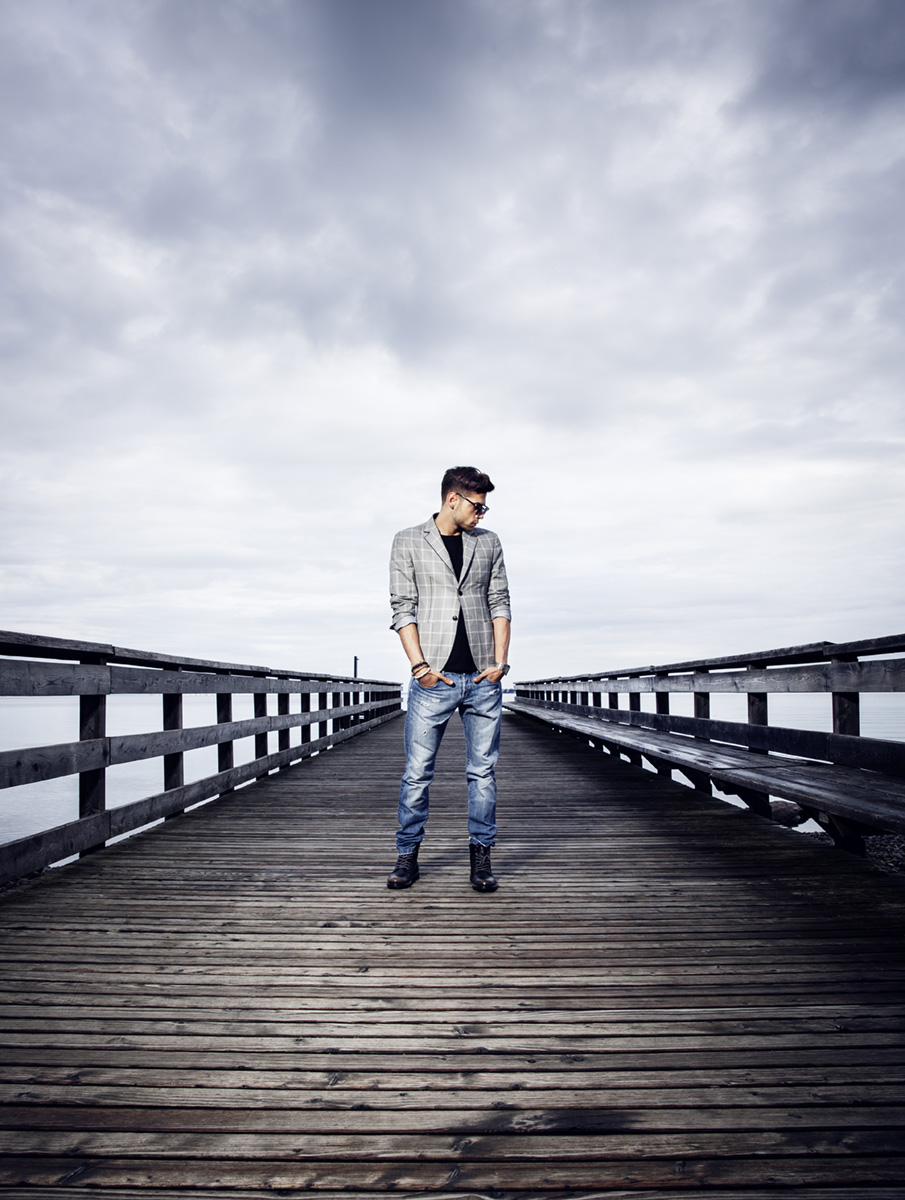 Model mit grauem Blazer auf Steg