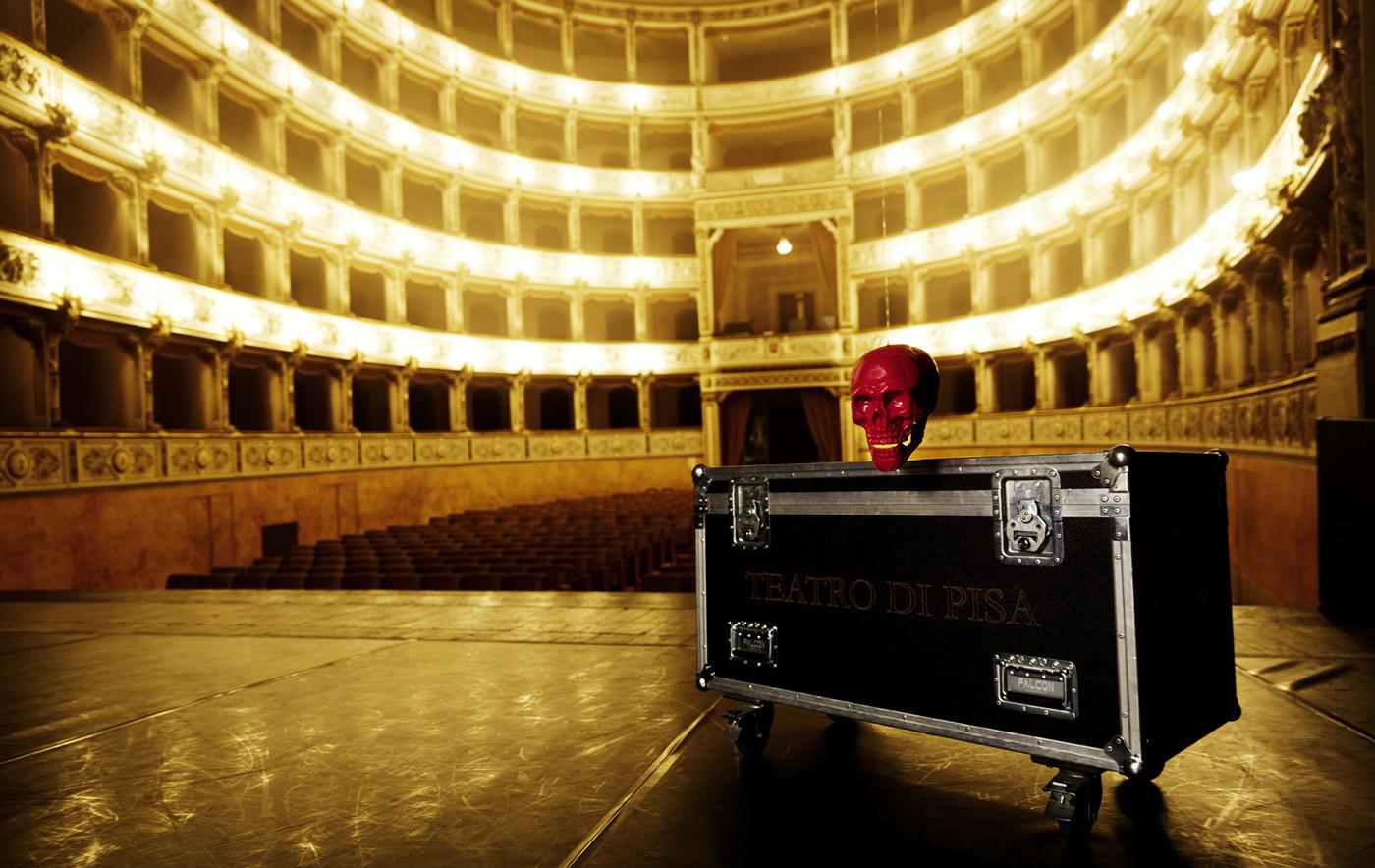 Bühne Theater Stagebox mit rotem Totenkopf darauf