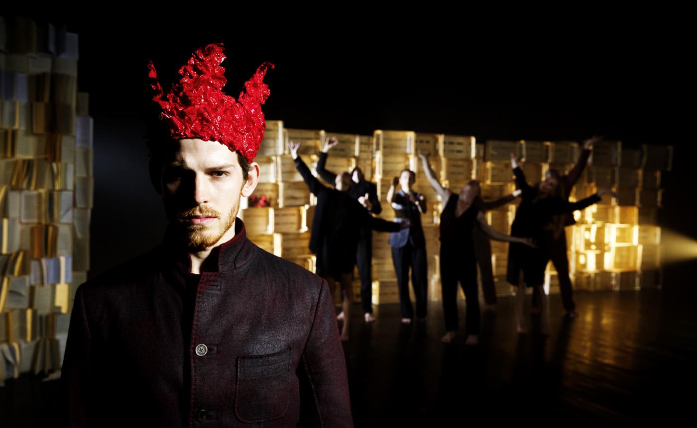 Vordergrund Tänzer mit roter Krone