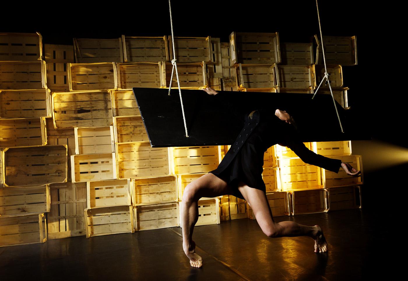 Tänzerin vor Bücherwand nach hinten gebeugt