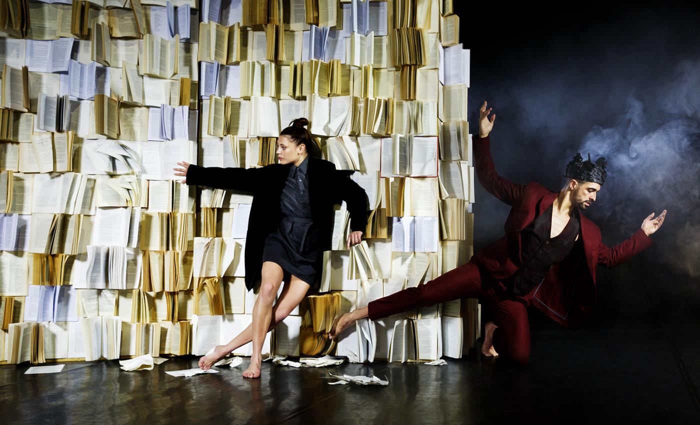 Tänzer vor Bücherwand